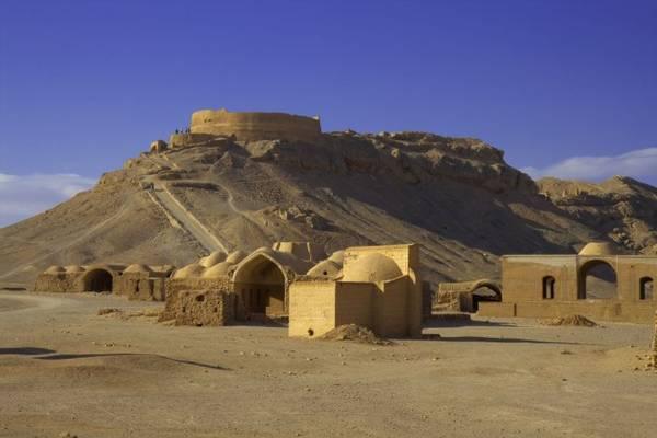 Khu vực tháp yên nghỉ Zoroastrian ở ngoại vi Yazd - Ảnh: wp