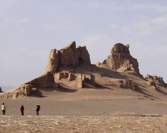 Du khách tham quan Kalut City ở sa mạc Dasht-e Loot, đông nam Iran - Ảnh: allempires