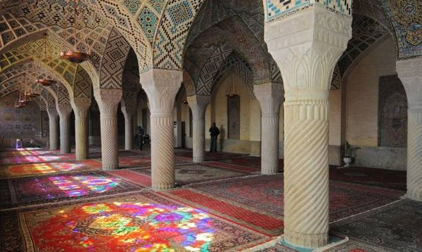 Phòng cầu nguyện ở đền thờ Nasir-ol-Molk tại thành phố Shiraz - Ảnh: wp