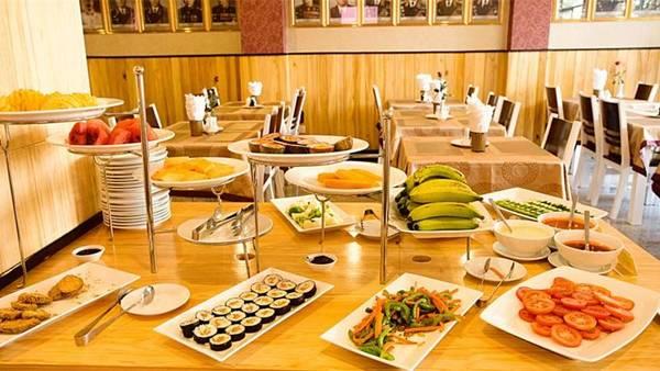 Phòng ăn của khách sạn là sự kết hợp hài hòa của không gian ấm cúng với cách bài trí sang trọng. Tại đây, quý khách sẽ được thưởng thức nhiều món ăn đa dạng, ngon miệng do những đầu bếp giỏi phục vụ. Ảnh: iVIVU.com