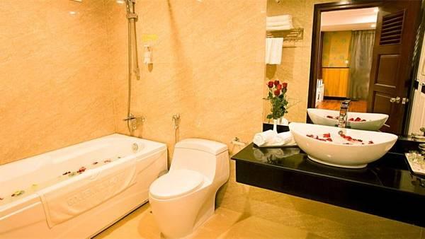 Phòng tắm sạch sẽ được trang bị các tiện nghi đầy đủ. Ảnh: iVIVU.com