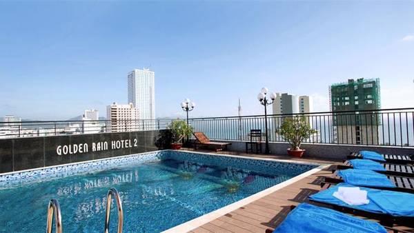 Hồ bơi được thiết kế ngoài trời, nằm trên tầng cao nhất của khách sạn, giúp quý khách có thể ngắm cảnh biển và toàn cảnh thành phố Nha Trang.Ảnh: iVIVU.com