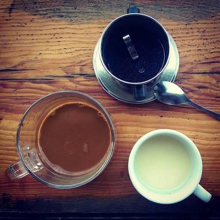 Ly cà phê với tỷ lệ pha trộn tuyệt mật hấp dẫn bằng sắc nâu sóng sánh và hương thơm khó cưỡng. Việc chọn một ly cà phê chồn không đường, không đá sẽ giúp bạn cảm nhận hết tinh túy của thức uống này. Khác hẳn với vị đắng thông thường, cà phê chồn mang có vị bùi ngùi, đậm đà đặc trưng của chất xạ hương.  Ảnh: graceho1706