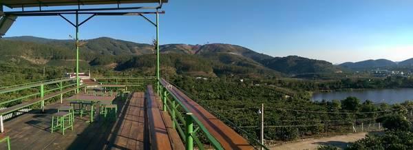 Mê Linh Coffee Garden được thiết kế mở, đảm bảo cho bạn một tầm nhìn trọn vẹn 360 độ. Ảnh: Lukas Szabo