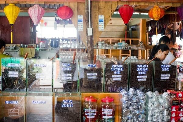 Các loại cà phê được rang và bán trực tiếp trong cửa hàng cùng với những món đồ lưu niệm xinh xắn. Ảnh: thekitchn