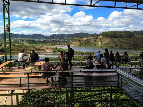 Ngay dưới chân Mê Linh Coffee Garden là một trang trại cà phê nhỏ, phía trước mặt là hồ Đập Cam Ly. Ảnh: Bảo Phan