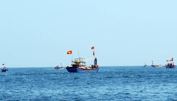 Các tàu cá của ngư dân đang đánh bắt trên biển - Ảnh: Minh Kỳ
