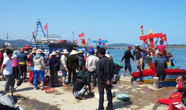 Tiểu thương chờ thu mua cá cơm mồm tại bến cá Sa Huỳnh - Ảnh: Minh Kỳ