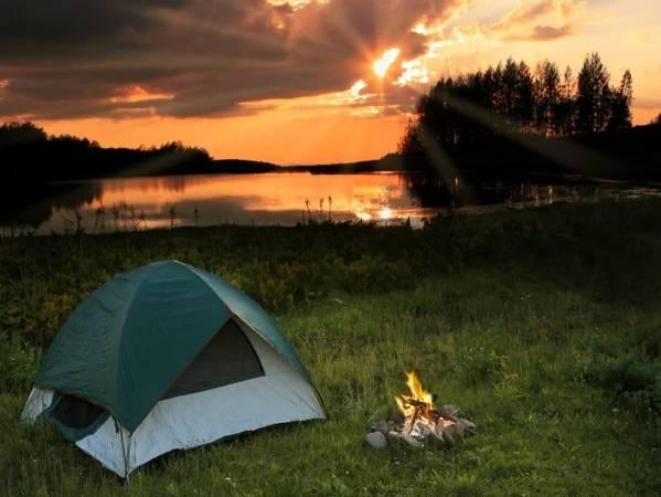 Bạn có thể tự mang theo lều trại qua đêm tại đây. Ảnh: lamsk