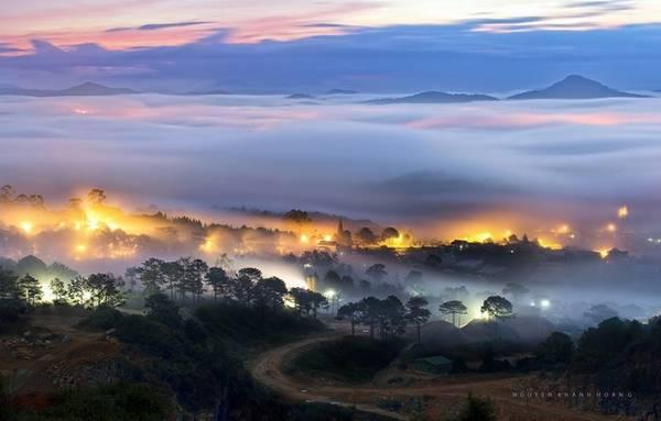 Hoàng hôn nơi đây cũng bình yên mang nhiều vẻ đẹp lạ. Mây tràn vào thung lũng khi những ngôi nhà trên phố núi dần dần lên đèn.