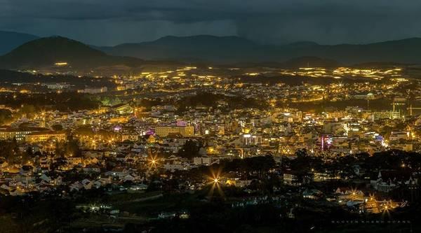 Từ trên cao nhìn xuống, thành phố trông giống như một kho báu ẩn mình trong đêm.