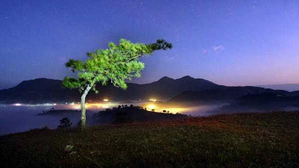 Ảnh chụp dãy Lang Biang từ đồi Thiên Phúc Đức lúc 5g sáng - Ảnh: H.T.