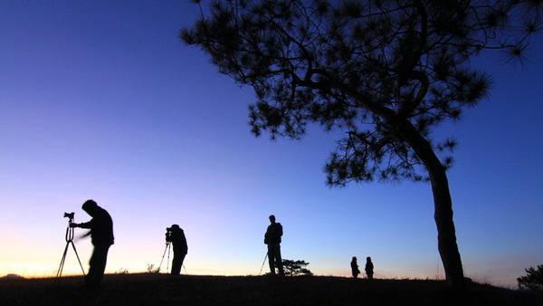 Du khách say sưa chụp ảnh bình minh Đà Lạt trên đỉnh đồi Thiên Phúc Đức - Ảnh: Thế Anh