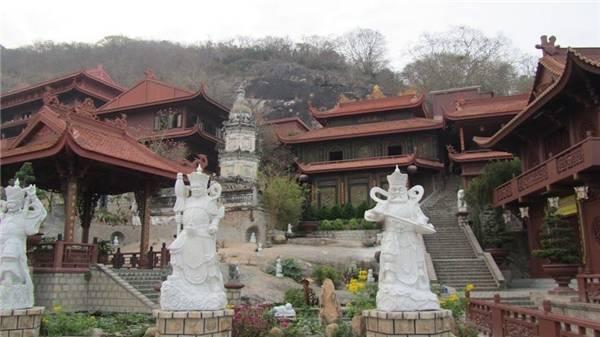 Khuôn viên của chùa Hang. (Ảnh: Internet)