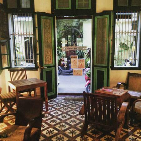 Không gian quán cà phê với tông màu trầm. Ảnh: lozi