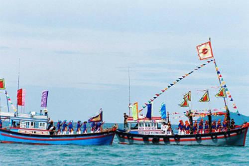 Description: Hội cầu ngư, Huế: Hội được tổ chức vào ngày 12 tháng Giêng tại Thái Dương Hạ, Thuận An, thành phố Huế để tưởng nhớ vị thành hoàng của làng Trương Quý Công (biệt danh của Trương Thiều), người gốc Thanh Hoá có công dạy cho dân nghèo đánh cá và buôn bán ghe mành. Trò diễn bủa lưới trong hội cầu ngư sẽ được tổ chức trước đình làng. Sau đó là cuộc đua thuyền trên phá của các xã lận cận. Kết thúc buổi lễ là bữa cơm thân mật giữa quan khách và dân làng ở địa phương. Ảnh: dulichvietnam.