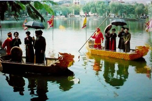 Description: Hội Lim, Bắc Ninh: Là một lễ hội lớn của tỉnh Bắc Ninh, chính hội được tổ chức vào ngày 13 tháng Giêng. Hội Lim được coi là nét kết tinh độc đáo của vùng văn hoá Kinh Bắc với nhiều trò chơi dân gian như đấu võ, đấu vật, đấu cờ, nấu cơm... Đặc sắc hơn cả là phần hát hội, từ hát mời trầu, hát gọi đò đến con sáo sang sông...Ảnh: dulichbinhduong.