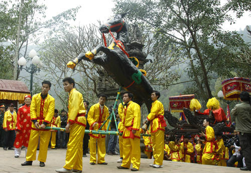 nhLễ hội đền Gióng, Hà Nội: Hội Gióng được tổ chức tại nhiều nơi ở Hà Nội. Trong đó, 2 lễ hội tiêu biểu là hội Gióng ở đền Phù Đổng, xã Phù Đổng, Gia Lâm - nơi sản sinh ra người anh hùng huyền thoại Thánh Gióng và hội Gióng ở đền Sóc, xã Phù Linh, Sóc Sơn. Lễ hội diễn ra vào ngày mùng 6/1 âm lịch hàng năm và kéo dài trong 3 ngày với đầy đủ các nghi lễ truyền thống như: lễ khai quang, lễ rước, lễ dâng hương, dâng hoa tre lên đền Thượng, nơi thờ Thánh Gióng. Ảnh: trithuc9.
