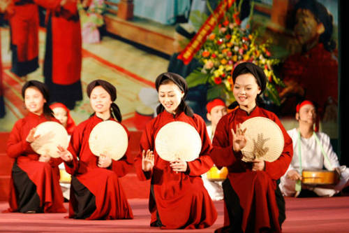 """Description: Hội Xoan, Phú Thọ Lễ hội diễn ra vào ngày mùng 7 tháng Giêng tại huyện Tam Thanh, tỉnh Phú Thọ nhằm tưởng nhớ Xuân Nương, một nữ tướng tài giỏi của Hai Bà Trưng. Khởi đầu lễ hội là tiệc cầu xuân dâng Thành hoàng, theo truyền thống dọn cỗ chay, có củ mài và mật ong. Tục truyền việc mổ trâu """"nồi da xáo thịt"""" diễn lại tích năm tướng của vua Hùng thờ thần sông mà thoát nạn, khi lên bờ tìm trâu mổ thịt, lấy da làm nồi nấu để tế thần sông. Ảnh: phuthodfa."""