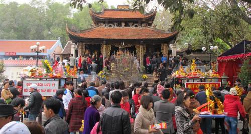 """nh Lễ hội Bà chúa Kho, Bắc Ninh: Lễ hội diễn ra ngày 14 tháng Giêng ở đền bà chúa Kho nằm tại làng Cổ Mễ, phường Vũ Ninh, thành phố Bắc Ninh. Đây cũng là một lễ hội lớn tại miền Bắc, nhất là đối với giới kinh doanh, làm ăn buôn bán. Cuối năm trả nợ, đầu năm đi vay bà chúa Kho đã trở thành một phong tục tồn tại lâu đời tại Việt Nam. Lễ hội có tục dâng hương, khấn vay tiền Bà Chúa (tượng trưng) """"cầu tài phát lộc"""". Ảnh: hoangviet."""