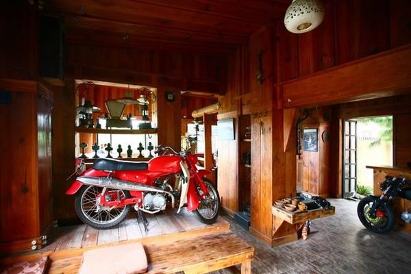 Bên trong, chất liệu chủ đạo của quán là gỗ với khung mái và trần gỗ, tường ốp gỗ và bàn ghế nội thất đều bằng gỗ.