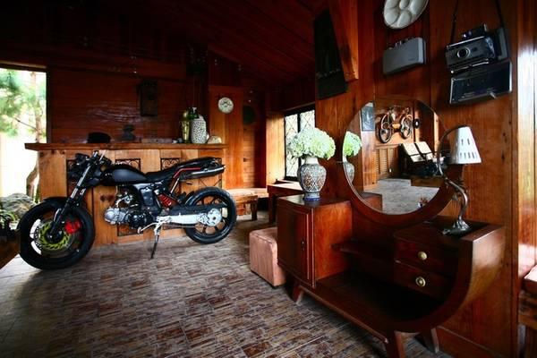 Ở quán có những chiếc xe máy vốn thô kệch và cồng kềnh được lồng ghép trong không gian nhỏ bé lại rất hoà hợp.
