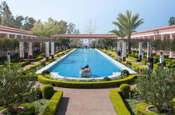 Bảo tàng Villa Getty nhìn ra biển - Ảnh: airbnb