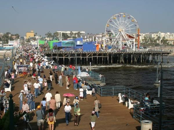 Dòng người chen chân ở cầu cảng Santa Monica - Ảnh: wp