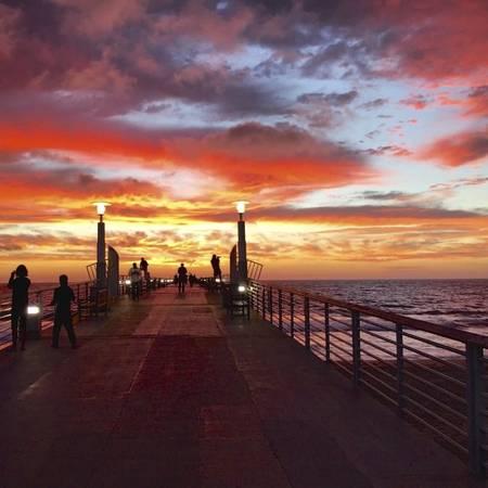 Ngắm hoàng hôn ở cầu cảng bãi biển Hermosa - Ảnh: piertopierbrokers