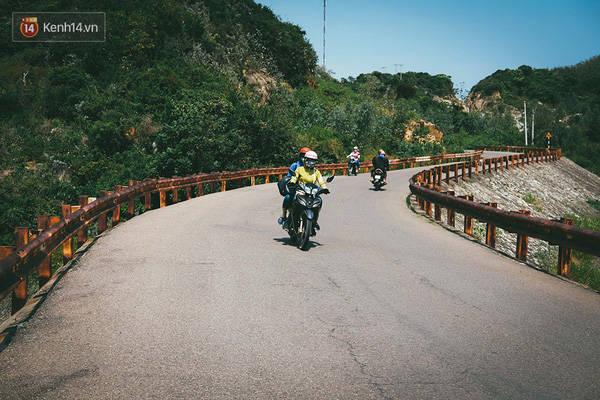 Hãy chọn xe máy để vi vu quanh con đường phía Đông của tỉnh, tận hưởng cảm giác vừa chạy xe, vừa được phóng tầm mắt xuống biển Trung Lương
