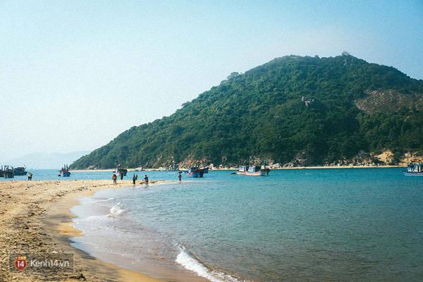 Vài bãi biển ở Bình Định có biển và núi gần như ngay sát cạnh nhau.