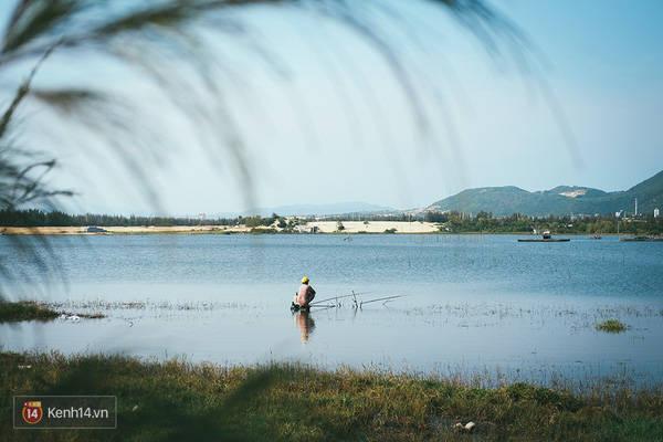Khi nước biển tràn vào đồng sẽ tạo nên những cái hồ nằm giữa cồn cát với xa xa là núi rừng. Quả là một cảnh tượng rất yên tĩnh và đáng yêu đúng không?