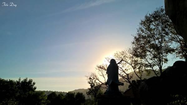 Chiều xuống, Đức Phật như đang tỏa ánh hào quang độ trì cho chúng sanh an lành. Ảnh: Tiểu Duy
