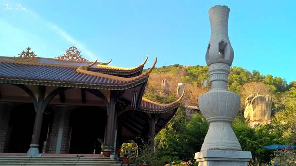Chùa có kiến trúc đơn sơ, thờ đức Phật Thích Ca thiền định trên tòa sen. Phía trước chánh điện là hai cột đá lớn được tạc thành hình cây đèn dầu có thể thắp sáng vô cùng ấn tượng. Ảnh: Tiểu Duy