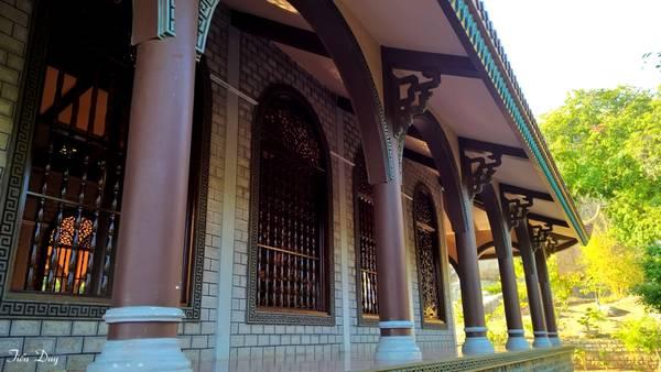 Thiền viện mang đậm kiến trúc Phật giáo Việt Nam. Dãy hành lang và các cửa sổ lớn chạy xung quanh chánh điện được thiết kế vừa tạo cảm giác rộng lớn, vừa có thể đón nhận ánh sáng, lưu thông không khí. Ảnh: Tiểu Duy