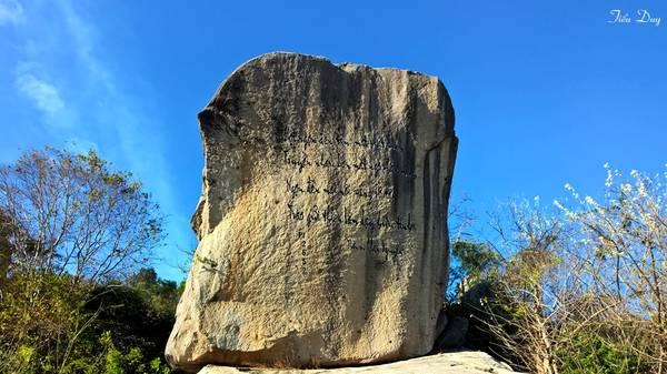 Sau lưng chánh điện là những tảng đá với nhiều hình thù thú vị. Những tảng đá được khắc chữ như những bức tranh thủy mặc khổng lồ mang đậm sắc màu Phật giáo. Ảnh: Tiểu Duy