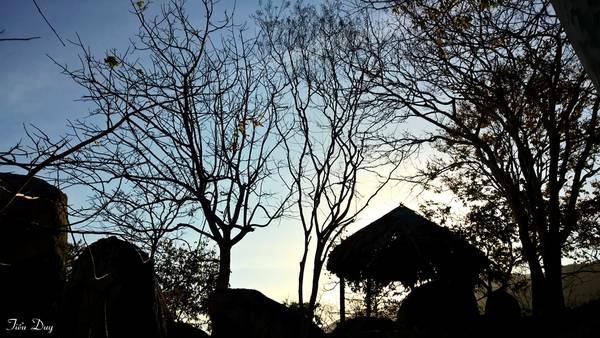 Dọc lưng chừng núi, Thiền viện dựng những chòi nhỏ để du khách có thể nghỉ ngơi khi leo núi. Đứng từ đây, bạn có thể bao quát tầm nhìn ra biển xanh mênh mông, không khí dễ chịu vô cùng. Ảnh: Tiểu Duy
