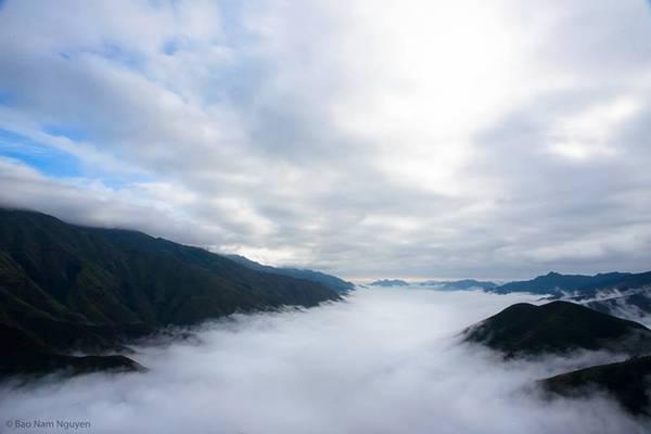"""Khoảng tháng 12 đến tháng 3 năm sau là thời điểm đẹp nhất trong năm để bạn có cơ hội ngắm nhìn những dãy núi còn """"ngái ngủ"""", quấn quýt bên chiếc khăn voan dệt bằng màu mây trời."""