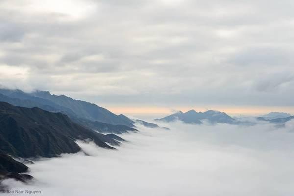 Từ thị trấn Bắc Yên lên xã Tà Xùa khoảng 15 km, quanh co sườn núi như đường lên tiên cảnh, thời tiết trở nên se lạnh, xa xa những dải mây cuồn cuộn như cánh sóng đánh ập vào vách núi, tạo nên một lòng chảo mây đẹp ngỡ ngàng.