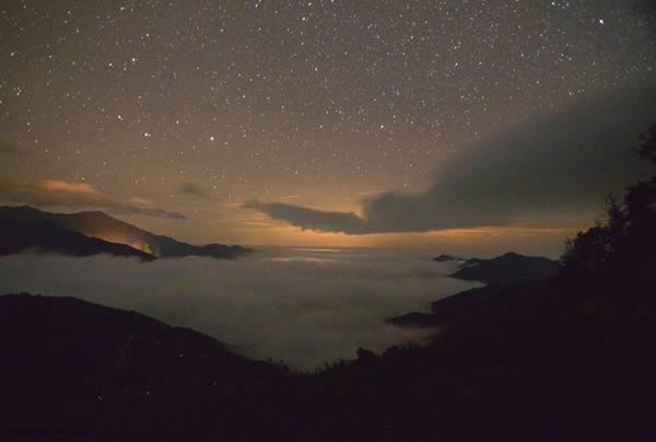 Bức tranh của mây được dệt trong màn đêm huyền ảo, điểm xuyết trên bầu trời của núi rừng là dải ngân hà chẳng nơi nào đẹp bằng.