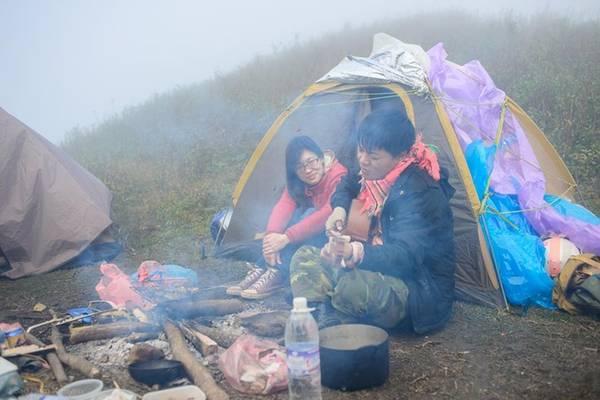 Cắm trại, du ca trên sườn núi, đôi bạn trẻ trở nên đồng điệu với khoảng trời thiên nhiên hoang sơ. Bạn cần đem theo lều trại, áo mưa, quần áo ấm nếu muốn nghỉ qua đêm ngoài trời.