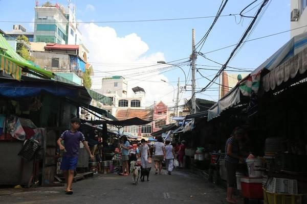 Đường Mã Lộ dài 115 m nằm sau chợ Tân Định. Đường ra đời năm 1928, với cái tên Mã Lộ được đặt theo đúng nghĩa đen: đường cho xe ngựa đi hoặc chỗ để đỗ xe ngựa chuyên chở hàng hóa tạm dừng nghỉ ngơi lúc đang bốc dỡ hàng hóa.
