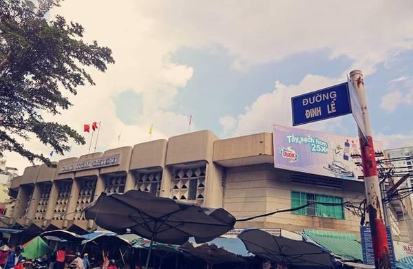 """Đường Đinh Lễ dài 56 m không phải ngắn nhất nhưng rất độc đáo vì chỉ có một số nhà, đó là chợ Xóm Chiếu, quận 4. Bộ ảnh """"những con đường ngắn nhất Sài Gòn"""" của Khoa chủ yếu đề cập đến những con đường ngắn nhưng mang nhiều ý nghĩa lịch sử."""