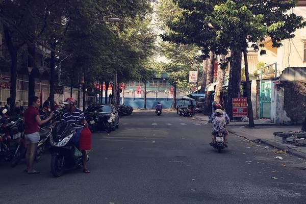 Đường Hưng Long (92 m) là nơi tụ họp quen thuộc của giới yêu thích chim cảnh mỗi dịp cuối tuần. Con đường này nằm giữa đường Nguyễn Chí Thanh và Đào Duy Từ, ngay đối diện với nhà máy bia Sài Gòn.