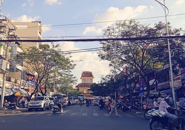 Đường Nguyễn Hữu Thận dài 95 m nằm đối diện chợ Bình Tây.