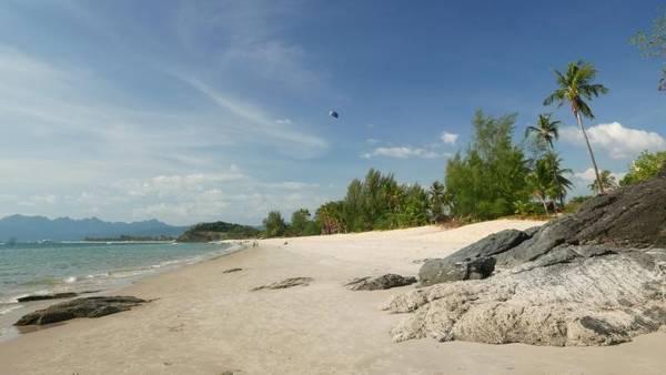 Langkawi, Malaysia: Nằm về bờ phía tây của quốc gia này, Langkawi là một báu vật thực sự. Chỉ bằng cách rảo bộ quanh đảo là du khách đã có thể khám phá được nhiều bãi biển tuyệt đẹp như Tanjung Rhu hay Datai. Tận hưởng bầu không khí và phong cảnh tuyệt đẹp khi thoải mái bơi lội trên đảo là một trong những trải nghiệm tuyệt vời nhất khi đến đây. Ngoài ra, việc leo núi để khám phá những nơi khác của đảo cũng là một lựa chọn không tồi. (Theo Sky Scanner)