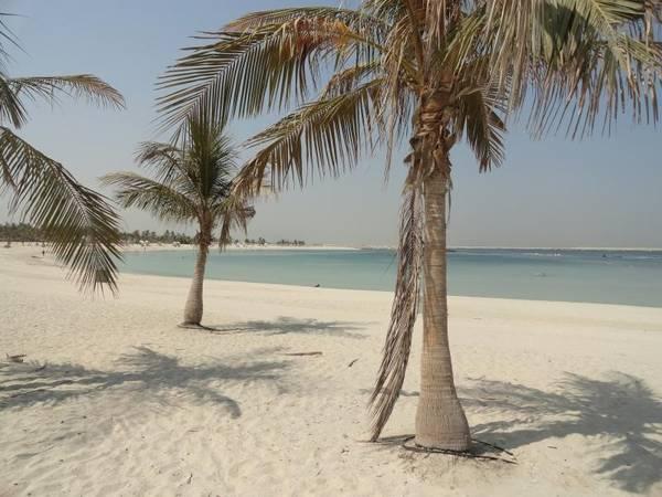 Dubai: Dubai là một lựa chọn mang tính đột phá dành cho những du khách vừa muốn tận hưởng bầu không khí trong lành của biển cả trong khi vẫn muốn hưởng thụ những dịch vụ tiện ích tuyệt vời tại những thành phố lớn. Nằm trong Các Tiểu vương quốc Ả Rập thống nhất, đây là thiên đường cho những du khách đam mê mua sắm, nghỉ dưỡng và thưởng thức những món ngon tại những nhà hàng xứng tầm. Một hoạt động không thể thiếu ở các bãi biển là tắm nắng cũng được chuẩn bị chu đáo tại đây. Dubai là nơi hội tụ của những người thích du lịch theo kiểu mới.