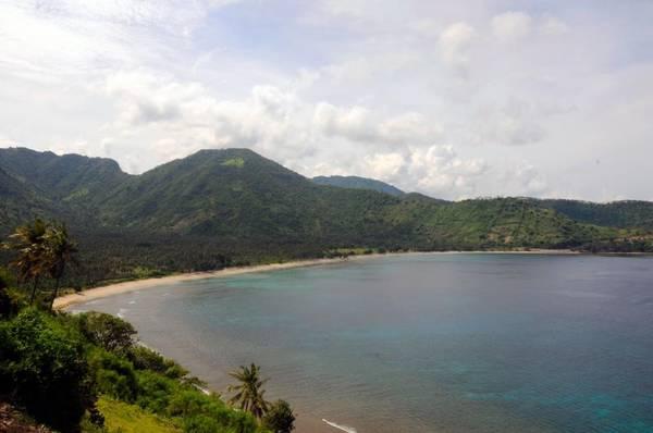Lombok, Indonesia: Dù bị người hàng xóm Bali lấn át đôi chút về vị thế, Lombok vẫn là một điểm du lịch không nên bỏ qua tại Indonesia. Những bãi biển ở đây không chỉ đẹp đến kinh ngạc mà còn rất yên bình hoang sơ và vô cùng sạch sẽ. Những bãi tắm nằm về ở phía nam của đảo được đánh giá là tuyệt vời nhất, và tiêu biểu là Selong Belanak. Đảo cũng là địa danh phù hợp với những ai yêu thích lướt sóng với nhiều điểm cho thuê ván lướt quanh đảo.