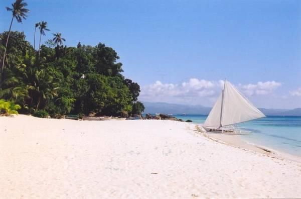 Boracay, Philippines: Đảo quốc Philippines nổi tiếng với nhiều bãi biển đẹp nhất thế giới, và hòn đảo nhiệt đới Boracay chính là nơi được nhắc đến nhiều nhất. Nổi danh với những khu vui chơi bên bãi biển, ở đây có rất nhiều hoạt động du lịch và khám phá như lướt thuyền buồm, lặn biển cũng nhưng những tour du lịch khám phá quanh đảo bằng thuyền. Du khách có thể tận hưởng không khí trong lành của biển tại bãi tắm Baling Hai - một bãi tắm tương đối vắng người.