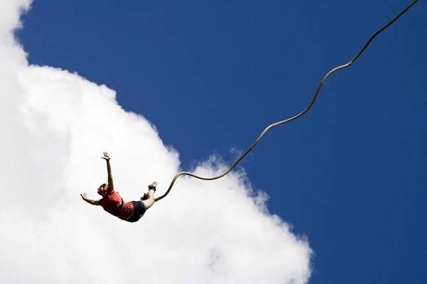 Bungee là cú nhảy của những ai thích khám phá giới hạn của bản thân hay khao khát chinh phục độ cao. Hiện này độ cao của bungee ở Nha Trang là 15 m. Ảnh: Nguoitieudung.